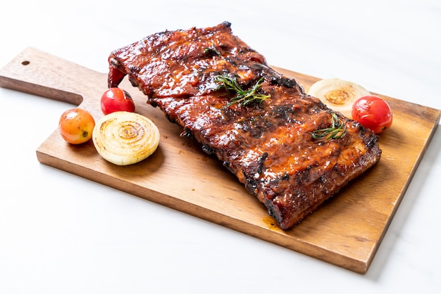Gegrilde barbecue ribben varkensvlees Premium Foto