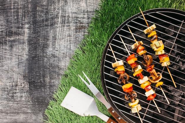 Gegrilde brochettes van groenten en vlees op barbecuegrill Gratis Foto