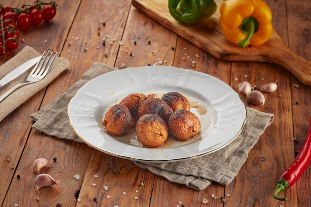 Gegrilde champignonpaddestoelen bbq, houten achtergrond Premium Foto