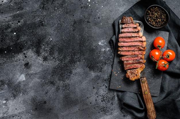 Gegrilde gesneden strip loin steak op een hakmes. . Premium Foto