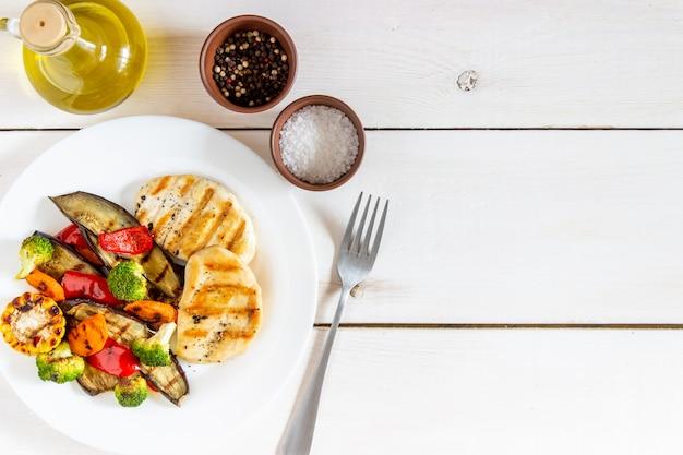Gegrilde kip met gegrilde groenten Premium Foto