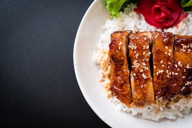 Gegrilde kip met teriyakisaus op belegde rijst Premium Foto