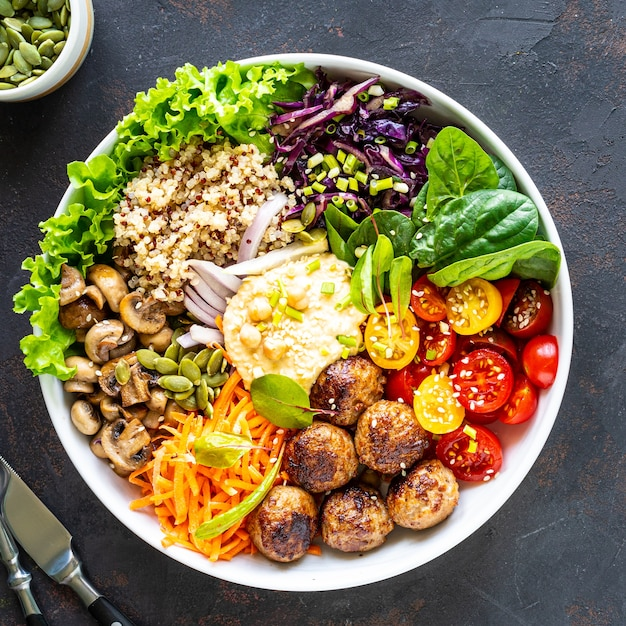 Gegrilde kip, rijst, pikante kikkererwten, avocado, kool, peper in boeddha schaal Gratis Foto