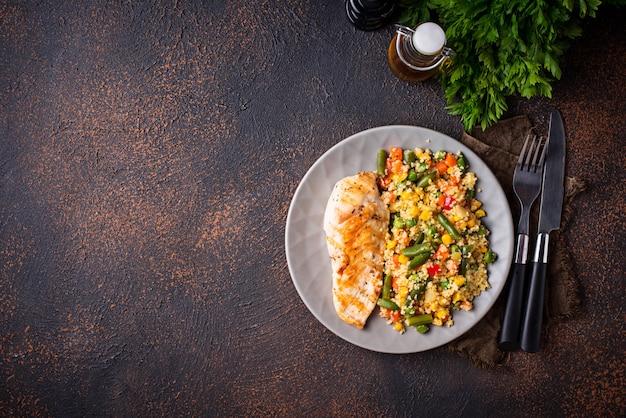 Gegrilde kipfilet met groenten Premium Foto