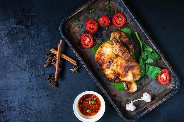 Gegrilde kipgerechten en dipsaus uit de oven op zwart Premium Foto