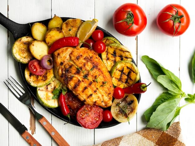 Gegrilde kippenborsten met groenten Gratis Foto