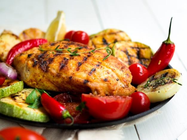Gegrilde kippenborsten met groenten Premium Foto