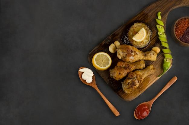 Gegrilde kippenpoten geserveerd met citroen, chili en sauzen Gratis Foto