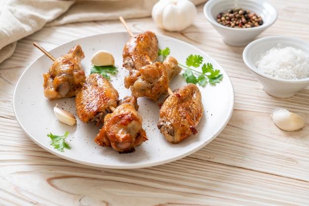 Gegrilde kippenvleugels barbecue met peper en knoflook Premium Foto