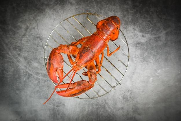 Gegrilde kreeft op grill op de donkere rode kreeft eten op eettafel Premium Foto