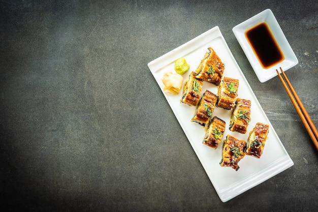 Gegrilde paling of unagi vissensushi maki roll met zoete saus Gratis Foto