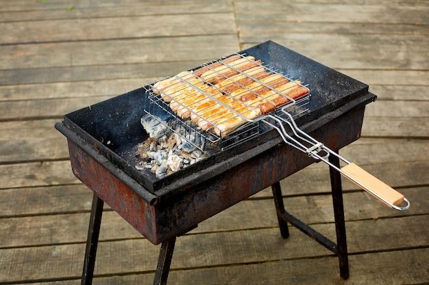 Gegrilde rosbief en lamsworstjes op bbq-rooster Premium Foto