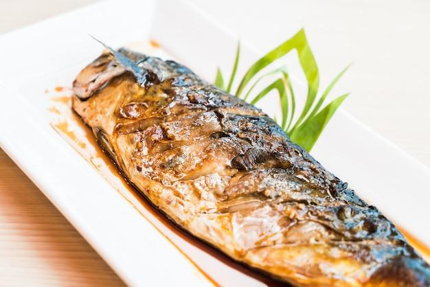 Gegrilde saba vis met zwarte zoete saus Gratis Foto