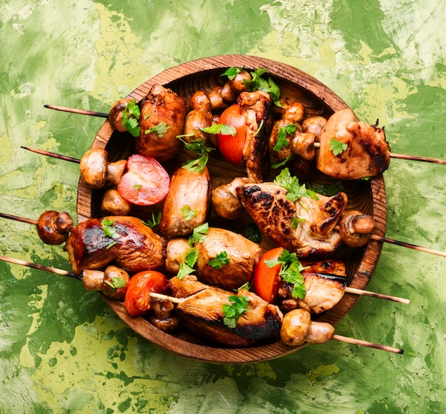 Gegrilde shish kebab op spiesjes Premium Foto
