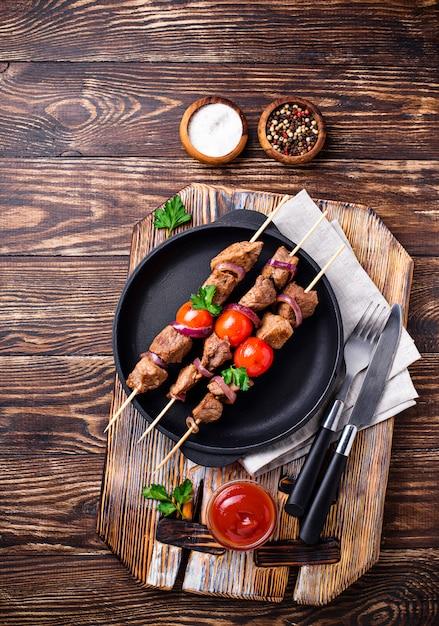 Gegrilde shish kebab spiesjes met tomaten Premium Foto