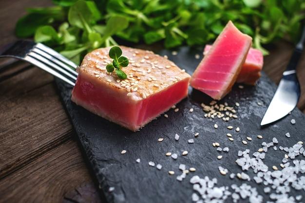 Gegrilde tonijnsteak groene salade dicht omhoog Premium Foto