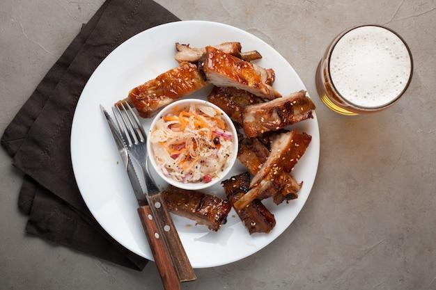 Gegrilde varkensribbetjes in barbecuesaus. Premium Foto