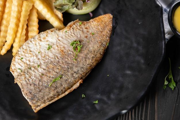 Gegrilde vis met frietjes Gratis Foto