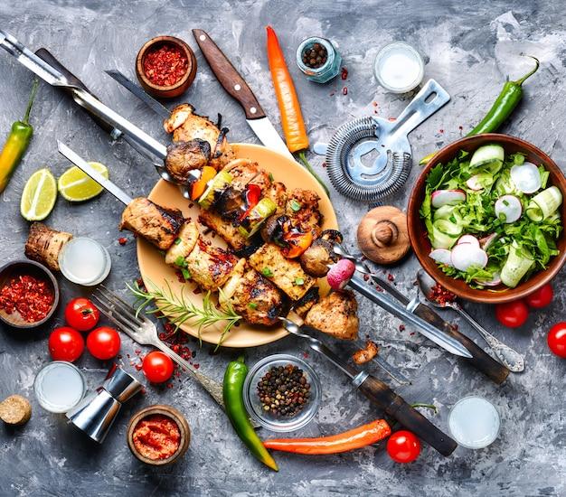 Gegrilde vleesspiesjes of shish kebab Premium Foto