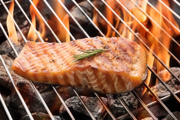Gegrilde zalm steak op de vlammende Premium Foto
