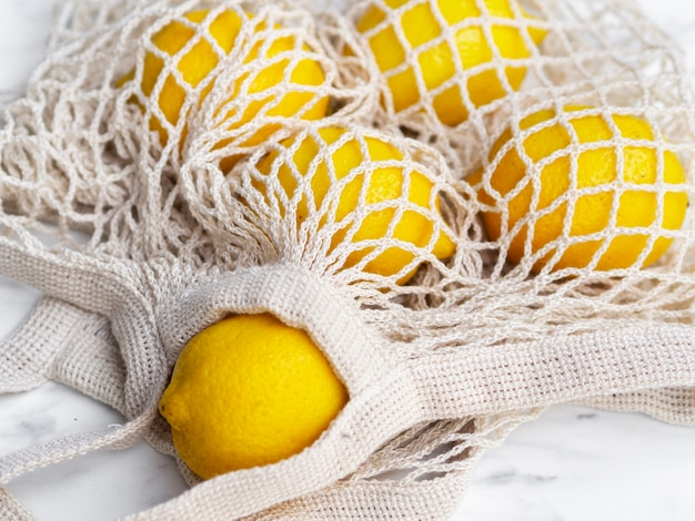 Gehaakte nettas met hoge hoek en citroenen Gratis Foto