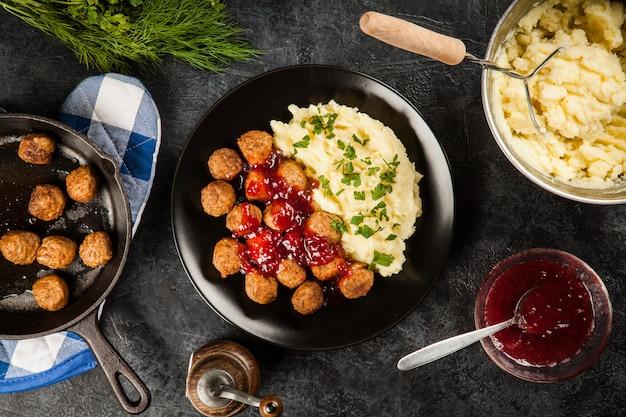 Gehaktballetjes en aardappelpuree Premium Foto