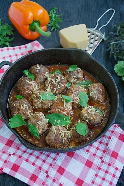 Gehaktballetjes in tomatensaus met greens. Premium Foto