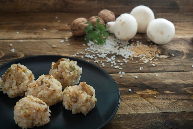 Gehaktballetjes met rijst Premium Foto