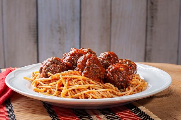 Gehaktballetjes met tomatensaus en pasta Premium Foto