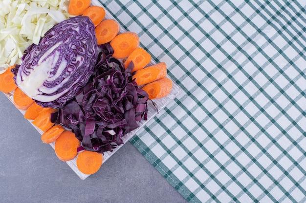 Gehakte kool en wortelplakken op een schotel. Gratis Foto