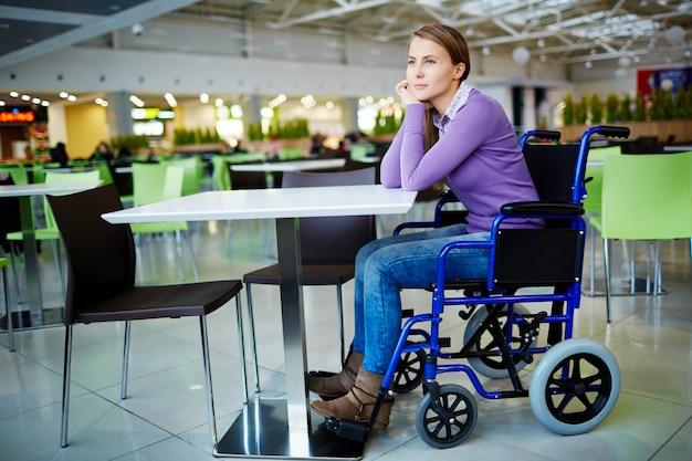 Gehandicapt meisje in winkelcentrum Gratis Foto
