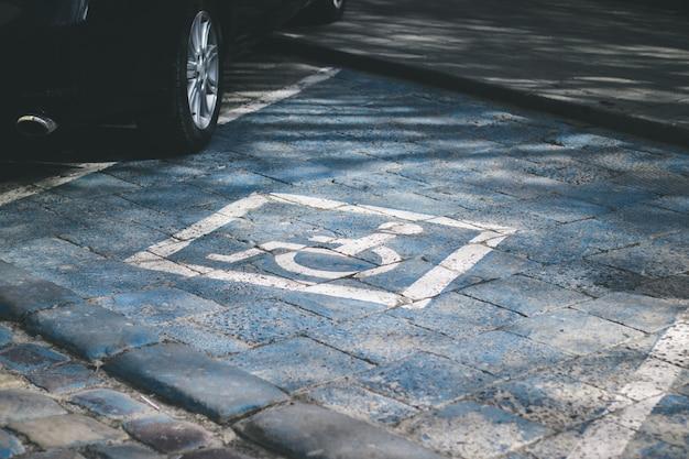 Gehandicaptenparkeerplaats gereserveerd voor gehandicapten Premium Foto