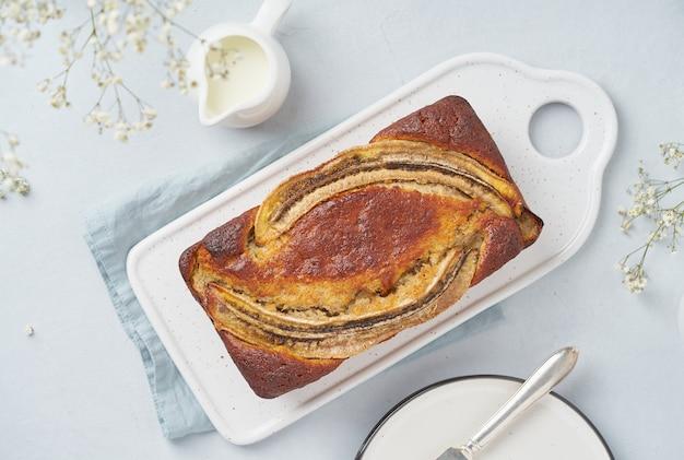 Geheel banaanbrood. cake met banaan. traditionele amerikaanse keuken. bovenaanzicht Premium Foto