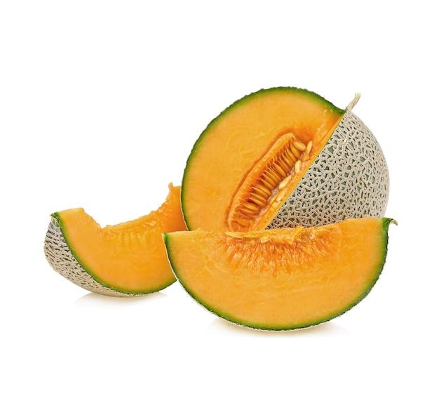 Geheel en plak van japanse meloenen, oranje meloen of kantaloepmeloen met zaden die op wit worden geïsoleerd Premium Foto