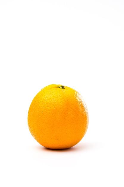 Geheel geel-oranje geïsoleerd op een witte Gratis Foto
