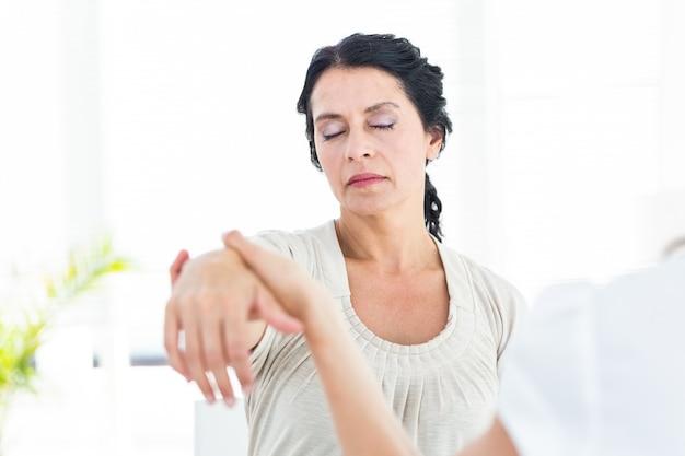 Gehypnotiseerde vrouw met haar therapeut Premium Foto