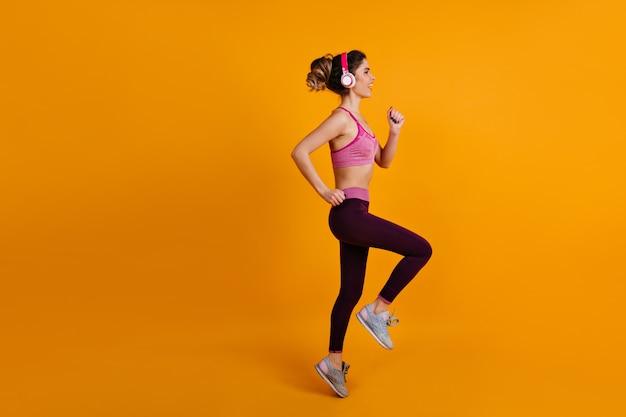 Geïnspireerde vrouw training in hoofdtelefoons Gratis Foto