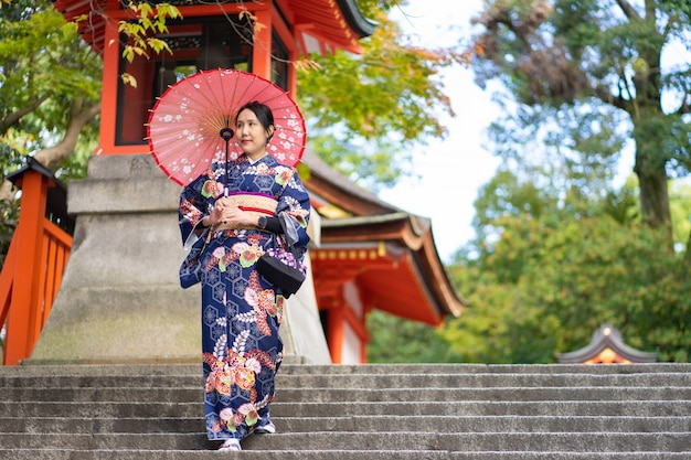 Geisha die japanse kimono in de straten van kyoto draagt Premium Foto