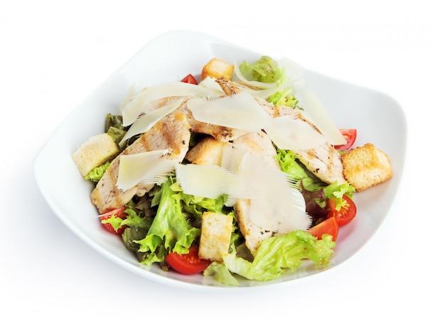 Geïsoleerd restaurantvoedsel - kippen caesar salade Premium Foto