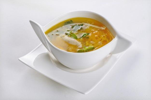 Geïsoleerd schot van een witte kom met hete en zure soep - perfect voor een foodblog of menugebruik Gratis Foto