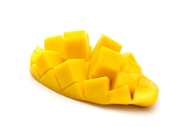 Geïsoleerd van snijd mooie gele mango Premium Foto