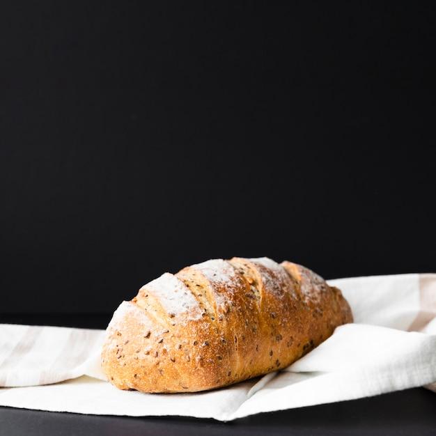 Geïsoleerd vers brood op zwarte achtergrond en doek Gratis Foto