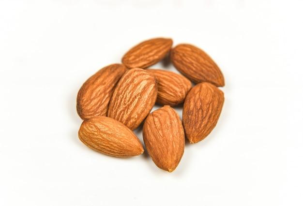 Geïsoleerde amandel / noten op wit natuurlijk eiwitvoedsel als achtergrond en voor snack Premium Foto