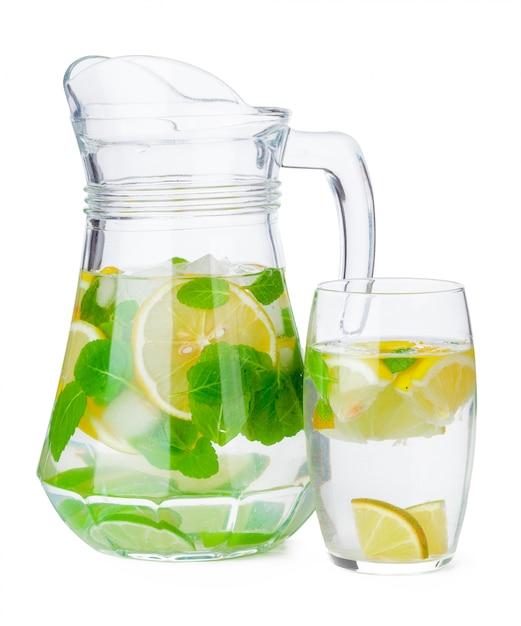 Geïsoleerde kruik eigengemaakte limonade Premium Foto