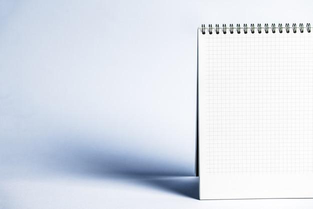 Geïsoleerde notitieboekje met spiraal op de grijsblauwe achtergrond Premium Foto