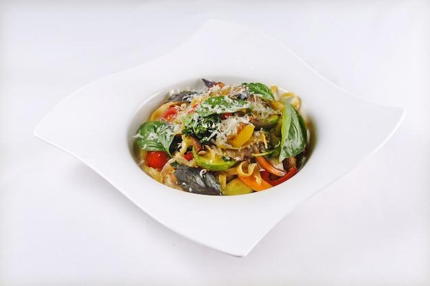 Geïsoleerde shot van pasta met groenten - perfect voor een foodblog of menugebruik Gratis Foto