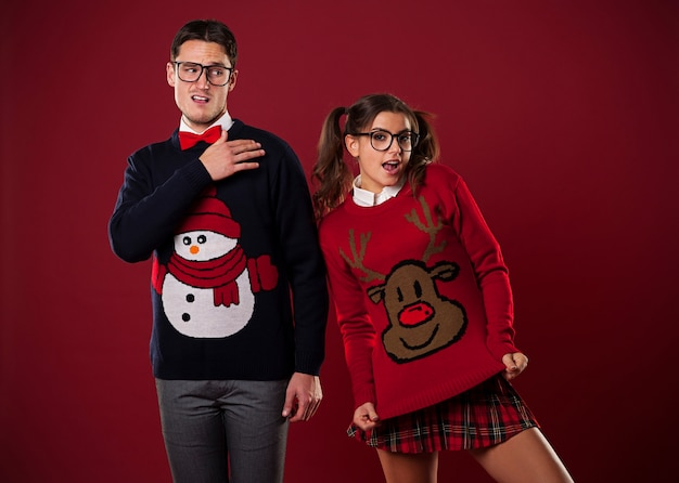 Gek nerdpaar in grappige truien gek rond Gratis Foto