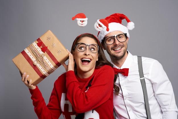 Gek stel met kerstcadeau Gratis Foto