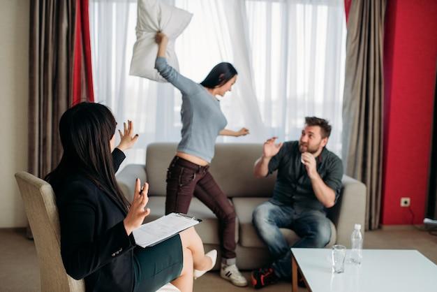 Gek stel vloekt bij de receptie van een psychotherapeut Premium Foto