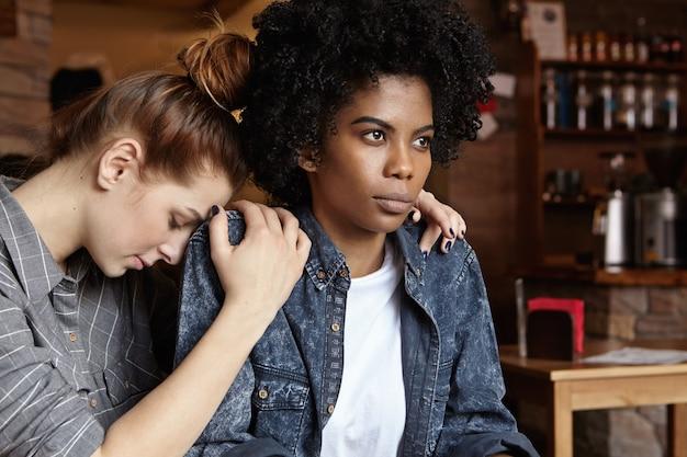 Gekke boze zwarte vrouw gekleed in een spijkerjasje pruilen, excuses negerend Gratis Foto